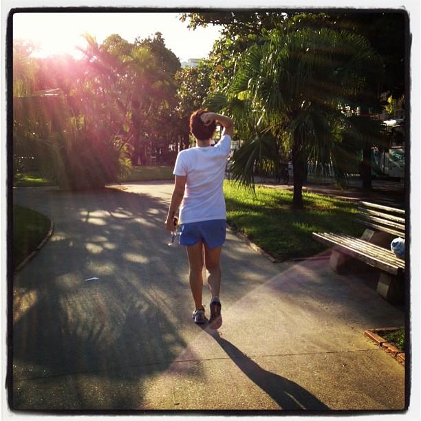 Mi Vargas caminhando e se encontrando em Santos