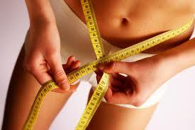 imagem de mulher tirando a medida da cintura