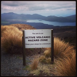 placas sobre o risco de erupção no Tongariro National Park