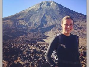 Talita Ribeiro na caminhada no Tongariro Park com vulcão ao fundo