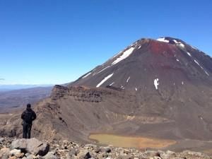 Marco Gomes no Tongariro National Park com vulcão ao fundo