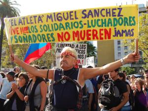 Participante de uma Carrera de Miguel, em homenagem a atleta desaparecido na ditadura argentina