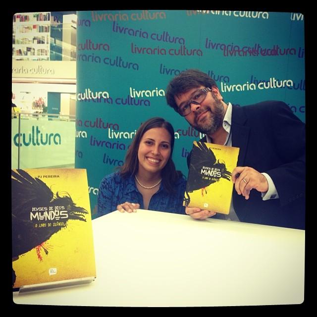 Talita Ribeiro e PJ Pereira no lançamento de Deuses de Dois Mundos, O Livro do Silêncio, na Livraria Cultura do Shopping Iguatemi, em São Paulo