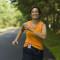 mulher correndo feliz para a black friday