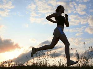 mulher correndo entre nuvens