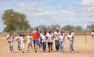 Ultraman (de vermelho) e os meninos do assentamento Boqueirão