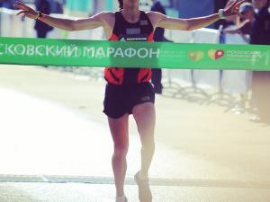 Akhmadeyev finalmente cruzando a linha de chegada