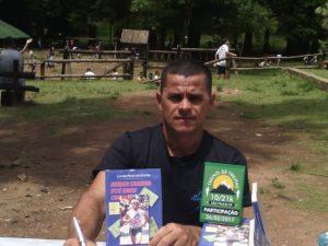 Luciano autografa sua biografia/Arquivo pessoal
