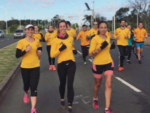 Renata (centro), que correu em NYC sua terceira mara