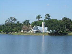 No meio da Pampulha tinha uma igreja de São Francisco do Niemeyer (mas não deu tempo de ver!)/Foto: Sarah e Lain/Wiki Commons