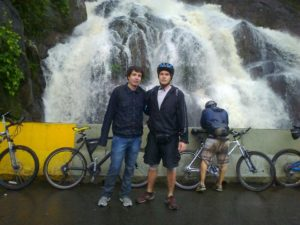 """O editor deste pasquim (esq.), que em 2011 não conhecia muito bem o comércio de roupas e acessórios para ciclistas ao lado do mito do esporte Almeidinha """"Lance"""" Colugnatti"""